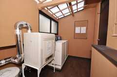 キッチン裏の洗濯機、乾燥機の様子。(2009-11-06,共用部,LAUNDRY,1F)