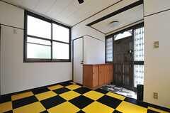 内部から見た玄関周辺の様子。靴箱脇の白いドアは、ペット用のシャワールーム。(2013-05-06,周辺環境,ENTRANCE,1F)