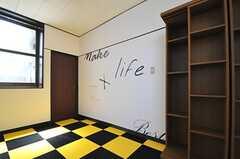 右手の棚も靴箱です。正面のドアはリビングにつながっています。(2013-05-06,共用部,OTHER,1F)