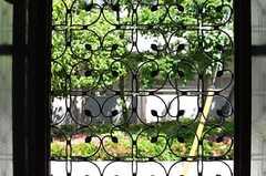 窓には、個性的な柵が設置されています。(101号室)(2013-05-06,専有部,ROOM,1F)