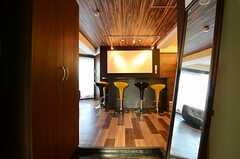 玄関から見た内部の様子。玄関正面にバーカウンター、左手にリビングがあります。(2012-12-10,周辺環境,ENTRANCE,4F)