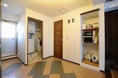 キッチンの対面、右手のロールスクリーンを上げると、キッチン家電が並んでいます。(2012-12-10,共用部,KITCHEN,4F)