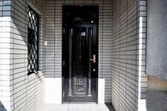 シェアハウスの正面玄関。(2010-06-24,周辺環境,ENTRANCE,1F)