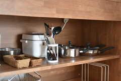 IHクッキングヒーターの下には、調理器具や炊飯器が収納されています。(2018-05-01,共用部,KITCHEN,13F)