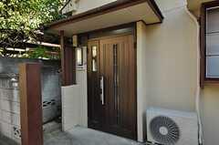 シェアハウスの正面玄関。(2010-11-16,周辺環境,ENTRANCE,1F)