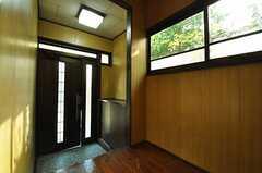 内部から見た玄関周りの様子。(2010-11-16,周辺環境,ENTRANCE,1F)