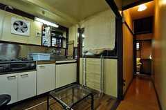シェアハウスのリビングの様子3。廊下の先に2F専用の玄関があります。(2010-11-16,共用部,LIVINGROOM,1F)