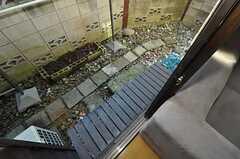 濡れ縁が付いています。(101号室)(2010-11-16,共用部,OUTLOOK,1F)