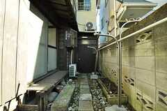 2F専用玄関のアプローチ。(2010-11-16,共用部,OTHER,1F)