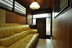 内部から見た2F専用玄関の様子。(2010-11-16,周辺環境,ENTRANCE,1F)