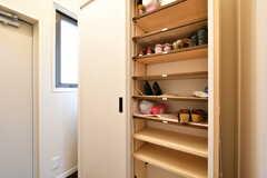 靴箱の様子。専有部ごとに収納スペースが決まっています。(2017-03-24,周辺環境,ENTRANCE,1F)