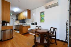 リビングの様子3。玄関側にキッチンがあります。(2017-03-24,共用部,LIVINGROOM,1F)