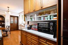 キッチン家電と食器棚の様子。(2017-03-24,共用部,KITCHEN,1F)