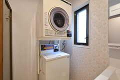 洗濯機と乾燥機の様子。どちらもコイン式です。(2017-03-24,共用部,LAUNDRY,1F)
