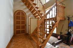 階段の様子。2階へはこの階段を使います。すぐ横はオーナーさんの生活スペースになっています。(2017-09-15,共用部,OTHER,1F)
