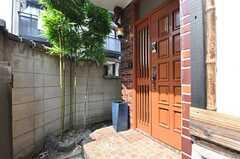 正面玄関の様子2。竹が生えています。(2014-06-26,周辺環境,ENTRANCE,1F)