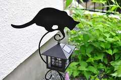 玄関脇にはねこシルエット付きのライト。(2012-05-21,周辺環境,ENTRANCE,1F)