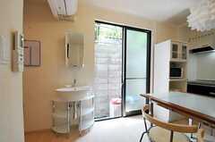 洗面台脇にある掃き出し窓から外へ出られます。(2012-05-21,共用部,LIVINGROOM,1F)