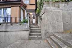 入り口は階段の途中。(2014-10-07,周辺環境,ENTRANCE,1F)