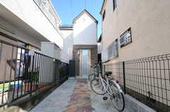 シェアハウスの外観。正面が玄関でアプローチに自転車を置くことができます。共用の自転車2台が置かれています。(2013-10-28,共用部,OUTLOOK,1F)