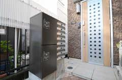 ポストの隣に宅配ボックスが設置されています。(2013-10-28,周辺環境,ENTRANCE,1F)