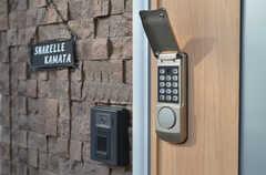 カメラ付きインターホンの様子。玄関の鍵はナンバー式です。(2013-10-28,周辺環境,ENTRANCE,1F)