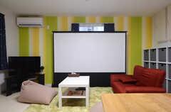 自立式の大型スクリーンも。(2016-02-15,共用部,TV,1F)