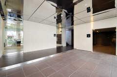 正面玄関から見た内部の様子2。川沿いと言うことで、天井は水面を意識しているそう。(2011-03-11,周辺環境,ENTRANCE,1F)