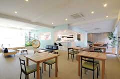 シェアハウスのラウンジの様子。ラウンジは広く、幾つかのエリアに分かれています。(2011-03-11,共用部,LIVINGROOM,1F)