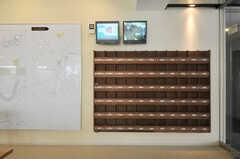 2つのモニターが設置され、1つは屋上に設置されたソーラーパネルの発電量を、1つは地下にある共用部(BASEMENT)の映像がリアルタイムで見られます。(2011-03-11,共用部,LIVINGROOM,1F)