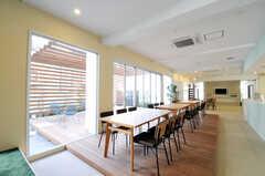 シェアハウスのラウンジの様子5。ウッドデッキはイカダをイメージしているそう。(2011-03-11,共用部,LIVINGROOM,1F)