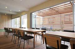 掃出し窓には、広く開くよう中折のドアが設置されています。(2011-03-11,共用部,LIVINGROOM,1F)