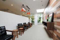 スタディ・スペースには、7種類の板を貼り合わせた壁が。(2011-03-11,共用部,LIVINGROOM,1F)