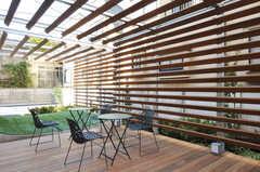 テラスの様子3。カフェテーブルが置かれ、日常生活でも活躍しそうです。(2011-03-11,共用部,OTHER,1F)