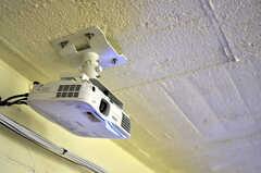 プロジェクターがあり、スクリーンは壁面です。(2011-03-11,共用部,OTHER,)