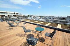 屋上の様子。ソーラーパネルが設置され、エコにも配慮しています。(2011-03-11,共用部,OTHER,5F)