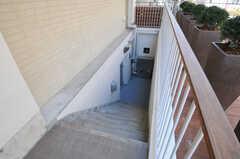 正面玄関脇にある地下室(BASEMENT)へ続く階段。(2011-03-11,共用部,OTHER,1F)
