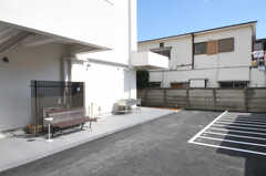 ベンチの置かれた喫煙スペースと、自転車置場の様子。(2011-03-11,共用部,GARAGE,1F)