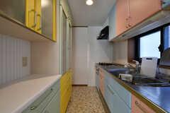 キッチンの様子。カラフルに塗られています。(2020-09-11,共用部,KITCHEN,2F)