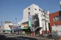 建物の外観。2Fより上がシェアハウスです。1Fにはレストランとドラッグストアがあります。(2014-03-28,共用部,OUTLOOK,1F)
