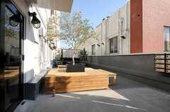玄関前の様子。腰を掛けられるベンチが置かれています。(2014-03-28,周辺環境,ENTRANCE,2F)