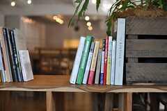 入り口のブックシェルフには、いくつか本が並んでいました。(2014-03-28,周辺環境,ENTRANCE,2F)