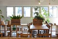 大きなダイニングテーブルの脇には、4人がけのテーブルも置かれています。(2014-03-28,共用部,LIVINGROOM,2F)