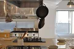 キッチンの様子5。調理器具はひと通り揃っています。(2014-03-28,共用部,KITCHEN,2F)