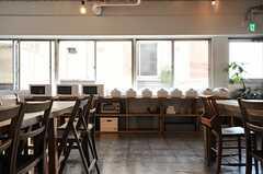 ダイニングの窓際スペースにキッチン家電が並びます。(2014-03-28,共用部,KITCHEN,2F)