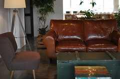 革張りのソファはふかふか。(2014-03-28,共用部,LIVINGROOM,2F)