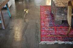 床は無骨で粗めの仕上げ。(2014-03-28,共用部,LIVINGROOM,2F)
