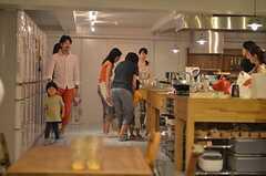 キッチンではハチミツをつかった料理をつくります。(2014-07-25,共用部,PARTY,2F)