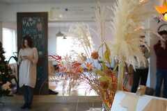 ラウンジにはもみじとススキ、クリスマスツリーが飾られていました。(2014-12-13,共用部,PARTY,2F)