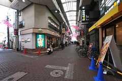 京浜急行線・雑色駅からシェアハウスへ向かう商店街の様子。(2014-02-10,共用部,ENVIRONMENT,1F)